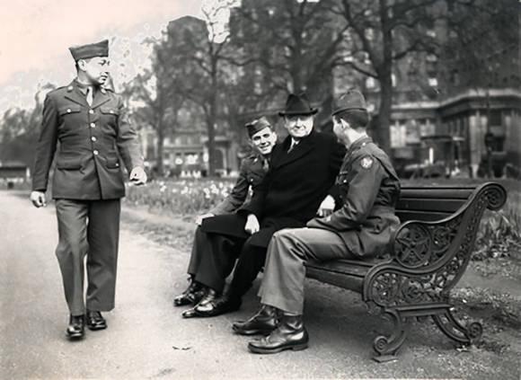 Барух беседует с солдатами, 1940-е гг.