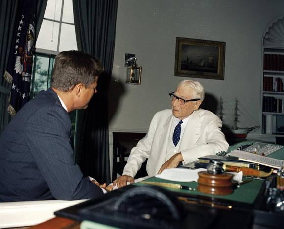 Финансист Бернард Барух на встрече с Джоном Кеннеди, 26 июля 1961 года