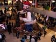 Санта-Клаусы-панки станцевали в метро