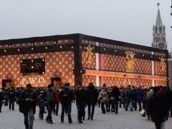 Памятник российской эпохе - гигантский чемодан на Красной площади