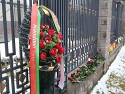 Белорусы несут к посольству России в Минске цветы