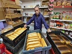 Предприниматель бесплатно раздает хлеб пенсионерам