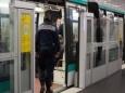 Полиция Парижа получила право обыскивать пассажиров в метро