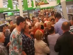 Омичи устроили давку в очереди за сахаром (видео)