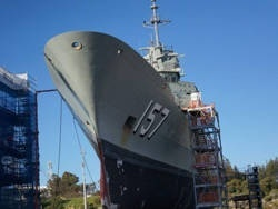 На австралийский фрегат не могут набрать экипаж