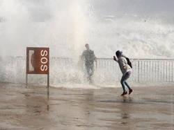 Шторм в Испании: разрушены пляжи, выпал снег
