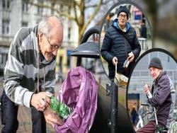 Немецкие пенсионеры вынуждены собирать бутылки