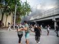 В США в местах массовых беспорядков находят поддоны с кирпичами
