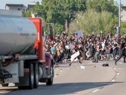 Дальнобойщики США отказываются везти грузы в охваченные беспорядками города