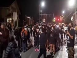 Толпа требует, чтобы белые люди отдали чернокожим свои дома
