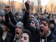 В Ереване ограбили резиденцию Пашиняна и устроили погром в здании правительства