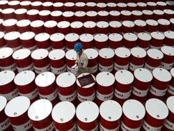 Миру предсказали миллионы баррелей лишней нефти