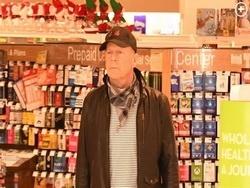 Брюса Уиллиса выгнали из аптеки за отказ надеть маску