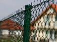 Преимущества, недостатки и правила выбора ворот из сетки рабицы