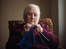 Бабушка в 85 лет таскает воду из колодца, бегает в отхожее место на улице