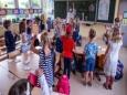 Школьники Германии обедают на улице, стоя под дождем